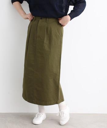 コットンとリネン素材で作られた、ハリ感も抜群のカーキロングスカート。タイトシルエットのアイテムなので、ゆるトップスと合わせて着こなすのがおすすめです。