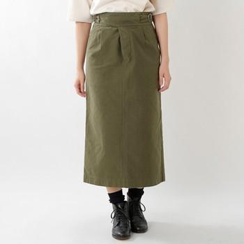 ウエストに施されたベルトが、程よいワンポイントになるカーキのロングスカート。厚手のコットン生地で、おうちで洗えるのが嬉しいポイントです。メンズライクな着こなしにも◎