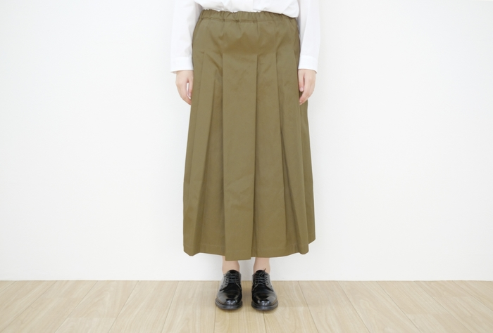 タックプリーツの入った、カーキの上品ロングスカート。ブラウスやシャツとの相性も抜群で、きちんと感のあるコーデや上品な着こなしにぴったりな一枚です。