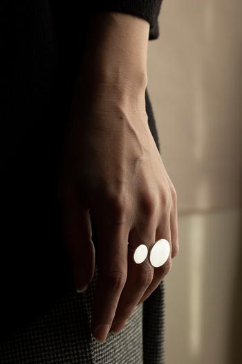 モダンでインパクトのあるリングは、潔く身に着けたい。1つの存在感を目立たせたいなら、中指がおすすめ。デザイン性が強調されて、クリエイティブな雰囲気を醸し出します。