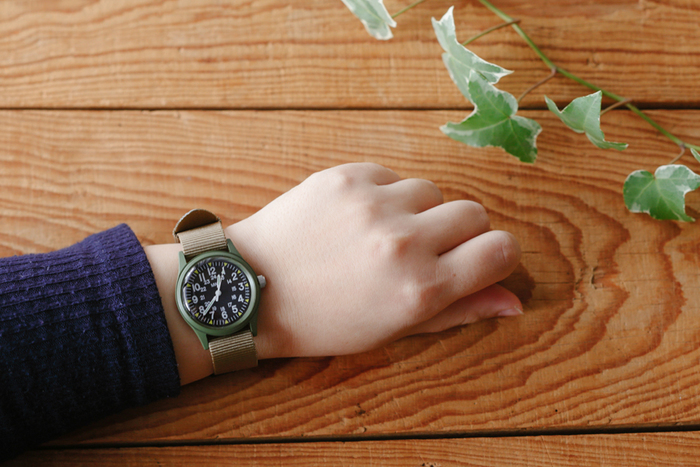 こちらの時計はベトナム戦争当時の復刻版で、当時使われていたモデルをベースに製造されています。ミリタリーウォッチですが、デザインもハードすぎずカジュアルな装いのアクセントになること間違いなしです。