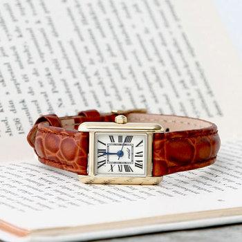 ローマ数字が使われていますが、ほどよい余白があってとても読みやすい文字盤になっています。味わいのある牛革のベルトがきちんと感をプラスしてくれるので、フォーマルな席で使いたくなる腕時計です。