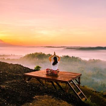 思い出したときに、深くゆっくりと呼吸をしてみましょう。良い呼吸をするには、まず「大きく吐く」のがポイントです。息を十分に吐きだすことで、自然とより多くの息を吸うことができます。呼吸をしながら、全身に新鮮な酸素が巡るイメージを抱いてみてくださいね。