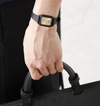 よく見るとケースが八角形になっているのが分かります。樹脂製のバンドはきっちりと腕のかたちに寄り添って、ぐらつきません。遊びにも仕事にも使える汎用性の高い腕時計です。