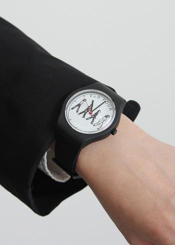 ロンドンのイラストレーターが手がけるポップなイラストの腕時計はカッコよさとキュートさを併せ持ったお洒落な腕時計です。モノトーンのすっきりとしたフェイスに赤い秒針が効いています。