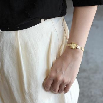 細身のやわらかな金属のベルトがブレスレットのよう。ゴールドをチョイスすると、ほかのアクセサリーとのバランスも取りやすいですね。
