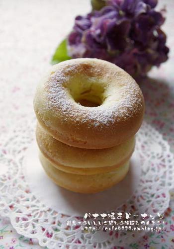 ホットケーキミックスを使って手軽にできるバナナの風味が美味しい焼きドーナツ。揚げないドーナツでヘルシーに。