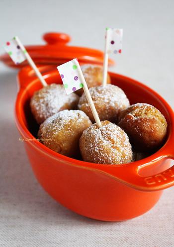 おからや豆乳を使って作るヘルシードーナツ。どこかへ転がっていってしまいそうな、コロンとした丸さも魅力です。かわいいピックを差せば、子供も大喜びの一口サイズドーナツの完成です。