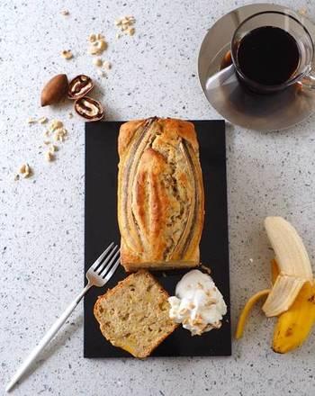 バナナをたっぷり4本使用したバナナブレッド。上に薄切りしたバナナを乗せて焼くとアクセントになります。