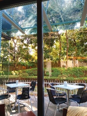 カフェを併設。屋外にはテラス席もあります。