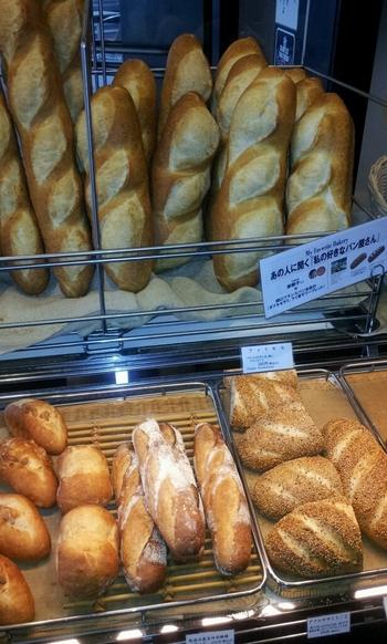 """やはりこちらの店では、""""歴史的存在感""""を放つフランスパンを求めてはいかが。"""