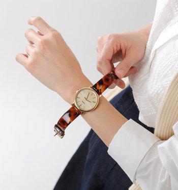 ツヤ感のあるべっ甲のベルトがゴージャスな印象です。飴色のべっ甲ベルトは装いのポイントを作りやすいので、シンプルなお洋服に合わせたくなりますね。