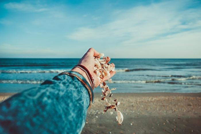 蓋をして忘れたいと思う「過去」も、それを思い返してしまう自分も、たった一人の自分自身。頑なに押し込めたり、否定したりせずに、自分の心に寄り添い少しずつ受け入れていくことで、「過去」の苦しみもきっと癒えていくはず。  「今」という時間を心穏やかに過ごすためにも、囚われてしまった「過去」から、ゆっくり自分を解放させてあげてくださいね。