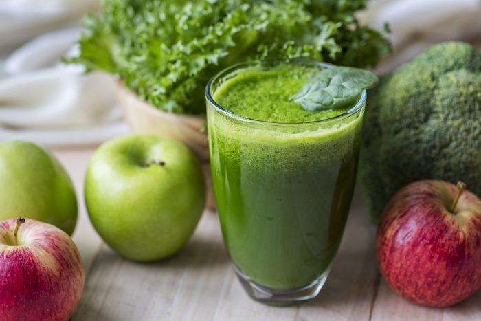 朝食でサラダを準備するのはちょっと面倒!そんな方には野菜と果物の栄養が簡単にたっぷり摂れるジュースがおすすめ。スロージューサーなら熱の発生量が少ないため栄養素が壊れず、酵素も生きたまま摂取できるのでとってもヘルシー♪胃腸への負担も軽く、ダイエットや便秘解消にも効果的といわれています。