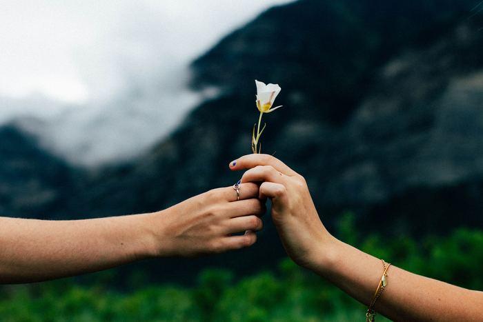 せっかく「今」という時間があるのです。「今」できること、「今」周りに居てくれる人に目を向けてみませんか?きっとそれを大切にすることで、「過去」の傷も癒えていくはず。  すぐに「過去」を手放すことは難しいかもしれませんが、思い返してしまうときは「最近心が弱っているのかな」と自分の心に寄り添いつつ、少しずつ「今あるもの」に意識を向けてみてください。  だんだんと、いつもの穏やかな気持ちが取り戻せてきたら、もうあなたはしっかりと前に進めていますよ。