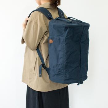 こちらのバッグは、手提げにもリュックにもなるというトラベル用に考えられた2WAYバッグです。蓋が大きく開くので、隅々まで効率的に使えます。