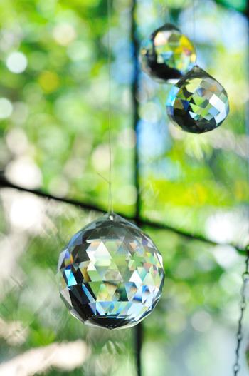 透明度が抜群で、光の反射率や屈折率が高いクリスタルガラスがサンキャッチャーによく使われます。サンキャッチャーで使用するクリスタルパーツは、シャンデリアパーツのことを言います。