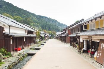 若狭と京都を結ぶ宿場町として栄えた【熊川宿(くまがわじゅく)】。現存するお屋敷や蔵を見学したり、街道沿いに並ぶカフェや雑貨屋さんなども巡れる人気スポットです。