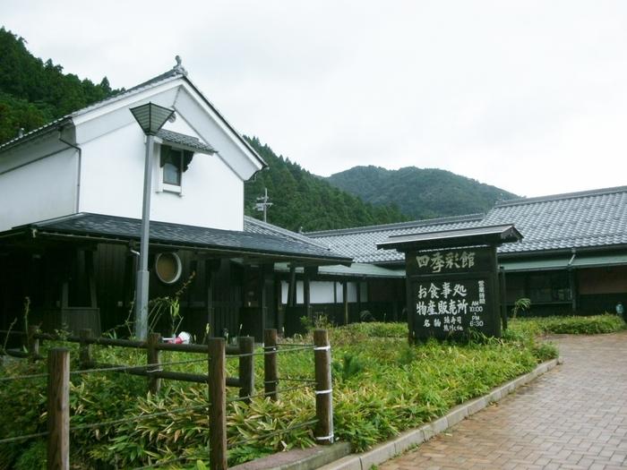 街道の入り口にあるのは、道の駅【若狭熊川宿】。レストランや特産品の売店はもちろん、隣りには資料館もあり、熊川宿の魅力をたっぷり満喫できます。