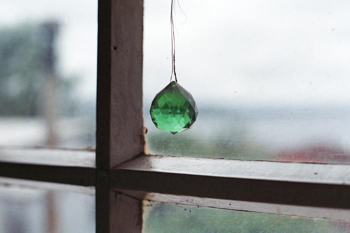 他にもステンドグラスのように、色付きのガラスに太陽の光を通して、色付きの光を投影してカラフルな光を楽しむタイプも最近は人気があるそう。