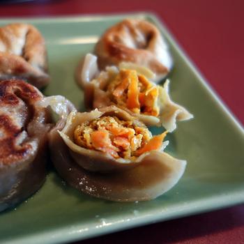 水餃子の中の具材は、「鶏肉×白菜と生姜」「鶏肉×香菜と胡瓜」「豚肉×大根と搾菜」「豚肉×カレー風味と人参」の個性溢れる4種類。具材を包みこんだ皮は非常に歯ごたえがあり、ライスなしでもおなかが膨れます。卓上にあるスパイスを絡めながら、あれもこれもと味見をしていると、いつのまにか数十個も食べていた!なんてことも・・・それぐらい味に変化があり、美味しいんです。