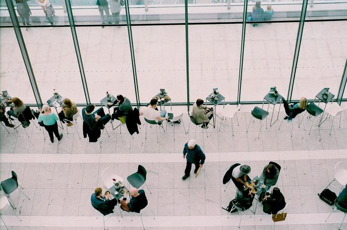 「サードプレイス」とは、家庭(第1の場所)、仕事(第2の場所)以外の、第3の場所のことを指すと言われています。提唱したアメリカの社会学者レイ・オルデンバーグの著書「サードプレイス」では、カフェや居酒屋など、地域のコミュニティプレイスとして語られていますが、ここではもう少し大きく捉えて、家庭でも職場でもないところ、と考えてみましょう。