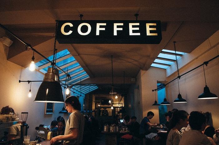 """先にご紹介したとおり、レイ・オルデンバーグの著書でのサードプレイスは、カフェや居酒屋といった、""""地元""""と呼ばれる近い地域にあって、人々が集まり気軽に交流が行われる場と言われています。自分の家や職場の近くに、行きつけのお店を見つけてみましょう。お店の人や馴染みのお客さんとの交流が始まるかも。"""