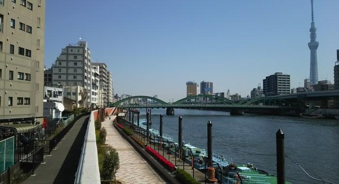 """カフェの店内から隅田川は見えませんが、先ほどご紹介した""""隅田川テラス""""が蔵前方面にも続いているので、テラスをお散歩するのもおすすめ。隅田川にはたくさんの橋がかかっていて、それぞれの形や名前の由来を調べながら歩くのも楽しいですよ。"""