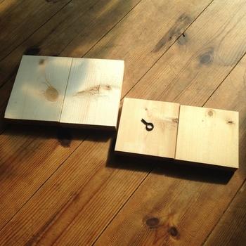 木材や好みの塗料、ヒートンなど。枠から作ってお気に入りのカラーで塗装するのも◎。面倒な場合は市販の枠を購入しても良いかも。