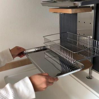 バスケットは可動式で、好きな高さに設置できます。バスケット大の下には水受けがあり、その下にはまな板を収納できるスペースも!これがあれば、いつでもキッチンを広々使えますね。