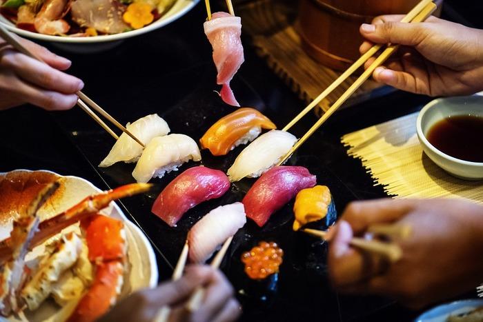 お箸のマナーも改めて確認しておきたいところ。行儀が悪い作法は「嫌い箸」と呼ばれるそうです。堅苦しく考えるより美しい所作で食事をする事を心がけると、自然とマナーに沿った使い方になってきます。