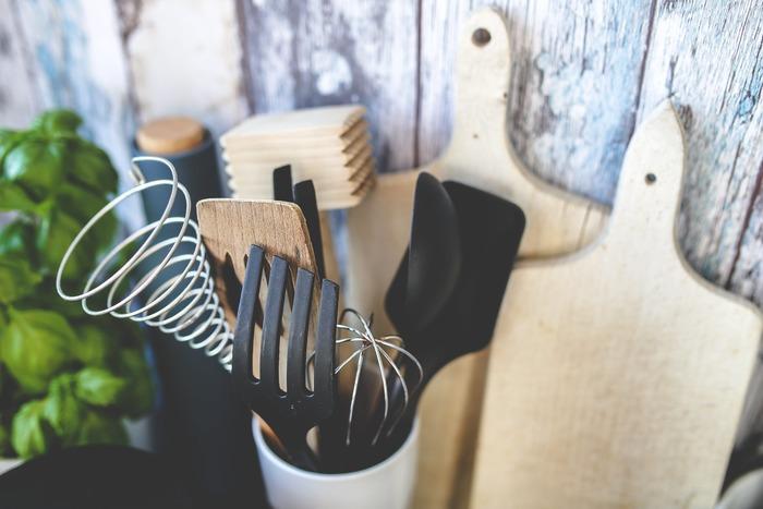 なんとなく町の定食屋さんのような我が家ですが、大人になるにつれて昔から使われている道具の良さと、使うことで改めてこの道具にはこんな使い方があったんだ…みたいな発見があります。そこで今回は、私が普段助けられている「あると便利な調理道具」と「テーブルを盛り上げお料理を美しく見せてくれるアイテム」をご紹介したいと思います。
