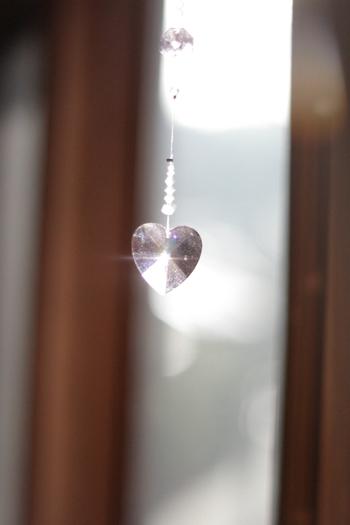 シャンデリアパーツの部分を可愛らしい形にするだけで、お部屋全体の雰囲気もやわらかくなりそう。