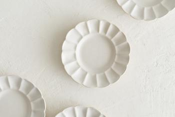 白色の中に薄いベージュが覗き、シンプルさの中にもこだわりが感じられます。すっきりとした色なので、どんなお料理も映えます。