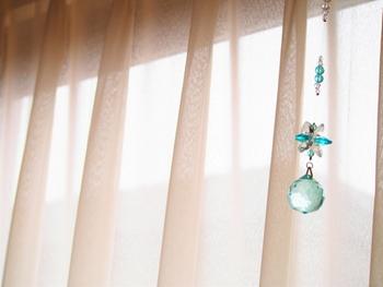 レースのカーテンと色付きのガラスを組み合わせて淡く、ふんわりとした雰囲気に。