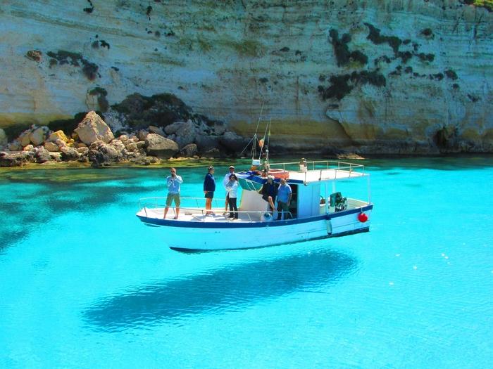 ヨーロッパ最南端、イタリアにあるランペドゥーザ島は、ボートが空に浮いていると思わず見間違えてしまう、まるで奇跡のような写真が撮れる絶景スポットです。