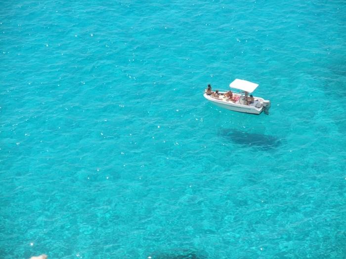 海水の透明度があまりに高いため、ボートの影が海底に写り、このような光景が見えるのだそう。