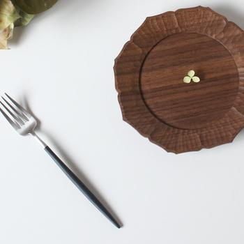 長崎で活動する濱端弘太さんの作品は、なんと木彫りのお皿。花弁の部分の彫り跡から、その繊細な職人技がうかがえます。木で作られる陵花皿は、温かな風合いでナチュラルな印象もありますね。使い込むほど、変化を楽しめる作品です。