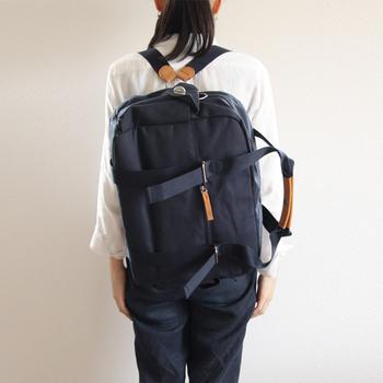 リュック、手提げ、ショルダーという3WAYで使えるバッグは、行先に合わせて使い方を変えられるところがとてもいいですね。ハンドル部分にはレザーが施され、高級感も感じられます。