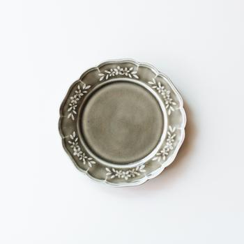 阿部慎太朗さんの作品の作品は、主に陵花皿。西洋の食器を思わせるクラシカルなデザインは、まるで芸術品のようですね。花弁の中に描かれた花柄によって、レースのような愛らしさも感じさせます。