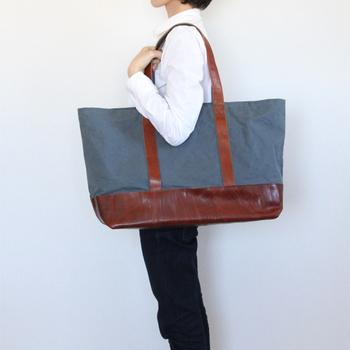 丁寧な織りと使い心地の良さで定評のある倉敷帆布を使ったスタイリッシュなトートバッグです。持ち手には革と帆布を使い、大人のためのお洒落なトートに仕上がっています。