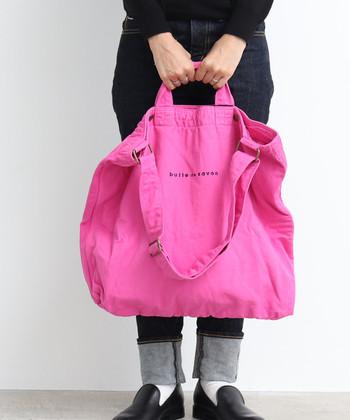 カラフルでキュートな2WAYバッグは旅先でもコーデのワンポイントにしやすく、地味になりがちな旅の装いに華を添えてくれます。