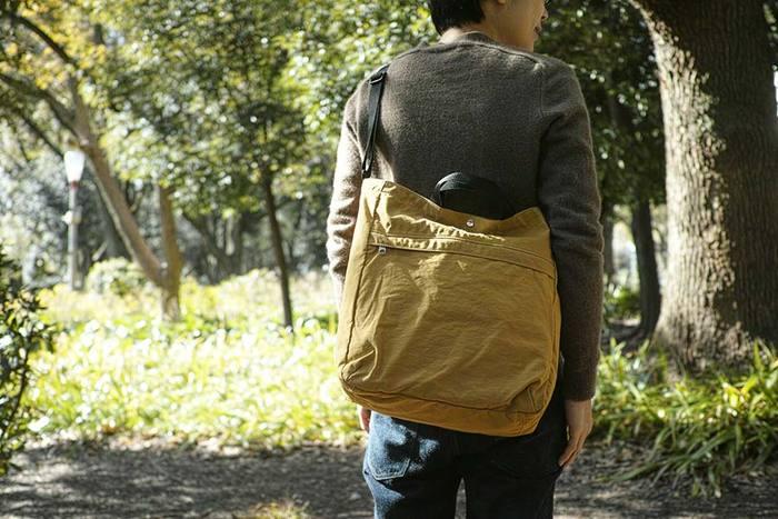 タッサーナイロンという軽やかな素材を使ったラフな質感のショルダーバッグ。ファスナー付きのポケットもあり、細かいものもさっと取り出せます。撥水加工をしてあるので、多少の雨なら濡れても大丈夫。気軽な抜け感のあるバッグは近場の旅に便利です。