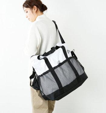 丈夫さと軽さを考えられたショルダーバッグは大容量ながら、肩掛けでバランスよく持てるようになっています。止水ファスナーやメッシュ部分のドローコードなど細部までこだわりのつまったバッグです。