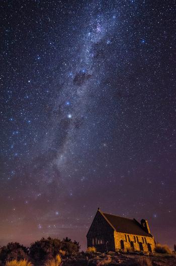 ニュージーランドにあるテカポ湖は、世界一星空が美しいといわれている場所。晴天率が高く、空気も澄んでいるため、星空鑑賞に最適の場所といわれています。  星空だけでなく、運が良ければオーロラが見られることもあり、テカポ湖には、夜空の美しさをひと目見ようと世界中から観光客が訪れます。