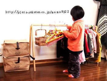 ベビーベットをリメイクして作ったという子供用のハンガーラック。思い入れのある家具を、形を変えて使い続けることができるアイデアです。子供が取りやすい高さも◎