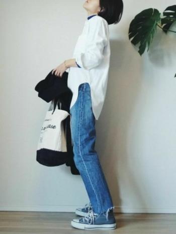 デスクなど身の回りの整理や軽作業などをする日は、動きやすいジーンズが鉄板!白シャツとブルーのカットソーのレイヤードスタイルで、チラッと見える襟元や袖口のブルーがおしゃれ。