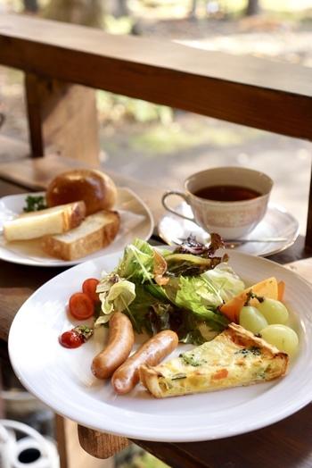 種類豊富なパンやソーセージ、卵料理、サラダ、フレッシュジュースなどが味わえる豪華なホテルビュッフェを堪能してから出社するのも刺激的ですよね!栄養もたっぷりチャージできますので、体も喜びます。
