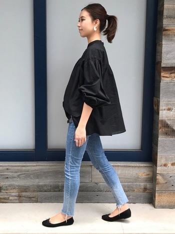 ゆったりサイズの黒シャツは、大人っぽいリラックス感を演出してくれます。ボリュームのバランスを取るのが難しい場合は、まずはスキニーデニムなどスリムなシルエットのパンツを合わせてみましょう。