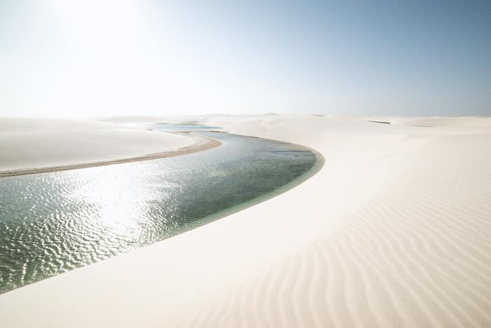 視界一面が、真っ白な砂漠。この圧巻の大砂丘は、ブラジルの北東部大西洋岸にある、レンソイス・マラニャンセス国立公園。  雨期を迎えると、緑がかった深い青の湖が現れ、その白と青とのコントラストが映える絶景を楽しむことができます。それはまるで、異世界に来たような美しさ。